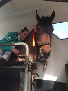 Manon is trots op haar pony!