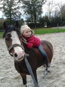 Dochtertje Marieke met pony Maccoy, toekomstig lid van club